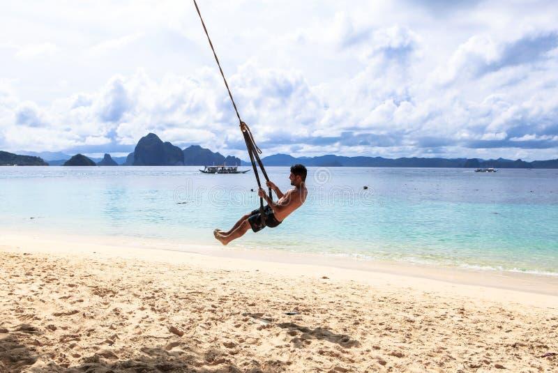 Ein Kerl auf dem Strand von EL Nido, Philippinen stockbild