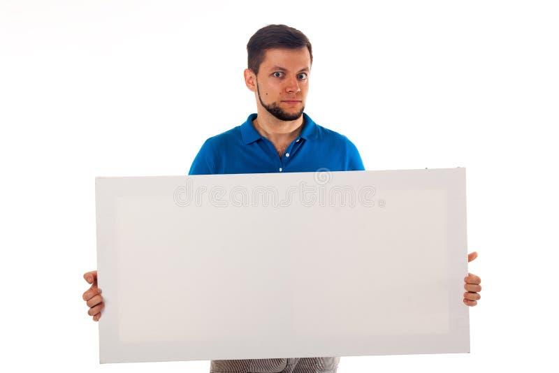 Ein Kerl mit einem Bart, der mit einem weißen Zeichen aufwirft Kann verwendet werden, um Werbung, Logo und anderes zu setzen Ange stockbild