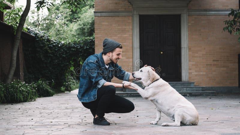 Ein Kerl mit einem Hund lizenzfreie stockbilder
