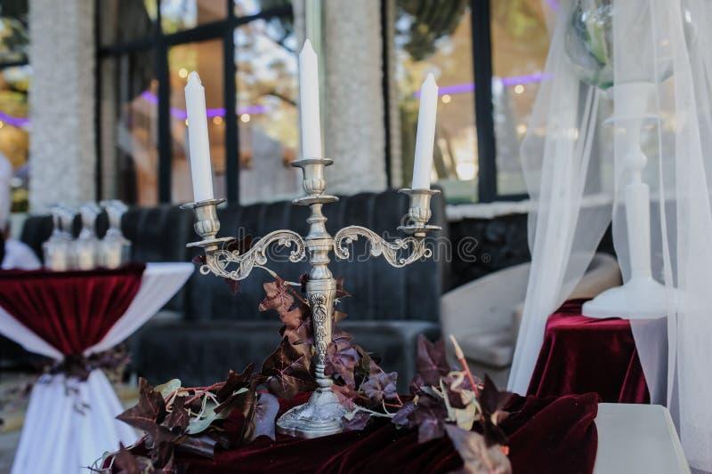 Ein Kerzenständer auf dem Tisch lizenzfreies stockfoto