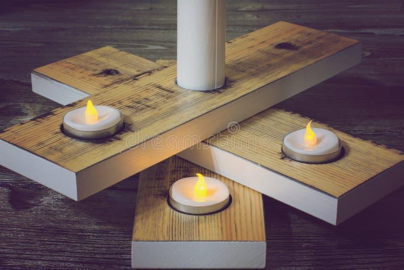 Ein Kerzenständer auf einem Holztisch lizenzfreie stockfotos
