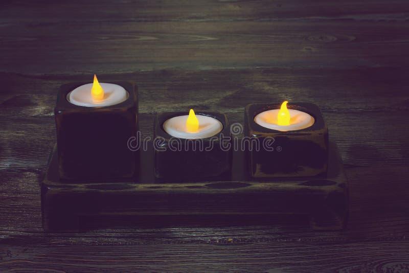 Ein Kerzenständer auf einem Holztisch stockbild