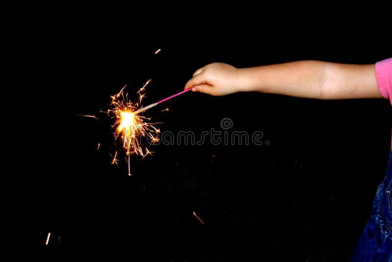 Ein Kind bewegt Feuerwerke wellenartig stockbild