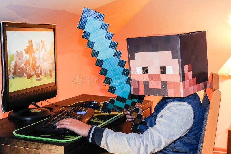Ein Kind, das desctop Computer verwendet lizenzfreies stockbild