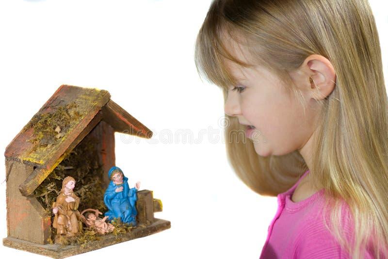 Ein Kind, das ein WeihnachtsGeburt Christi betrachtet. lizenzfreie stockfotografie