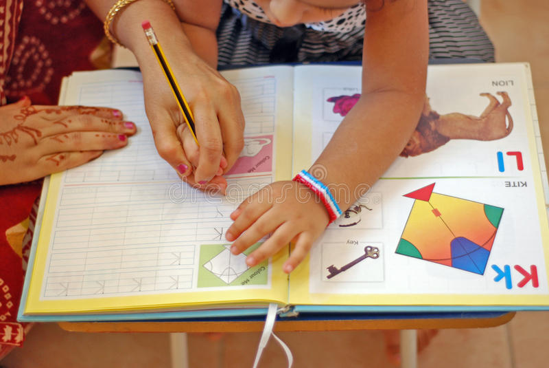 Ein Kind, das wie man erlernt, schreibt stockfotos