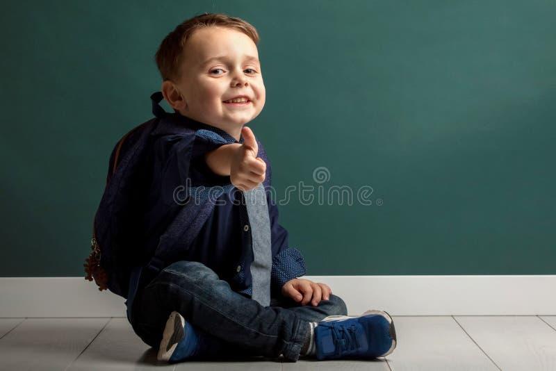Ein Kind, das zur Schule fertig wird stockfotografie