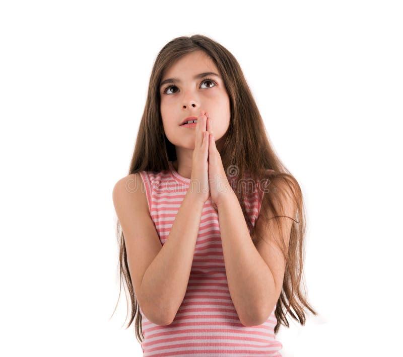 Ein Kind des jungen Mädchens, das Zuschauer oben betrachten und das Hoffen für bittet lizenzfreies stockfoto
