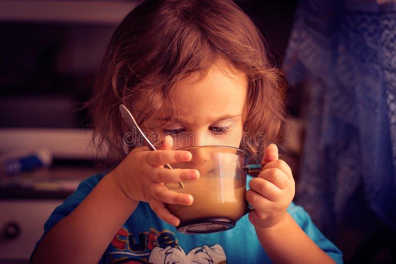 Ein Kind, ein kleines Mädchen stockbilder