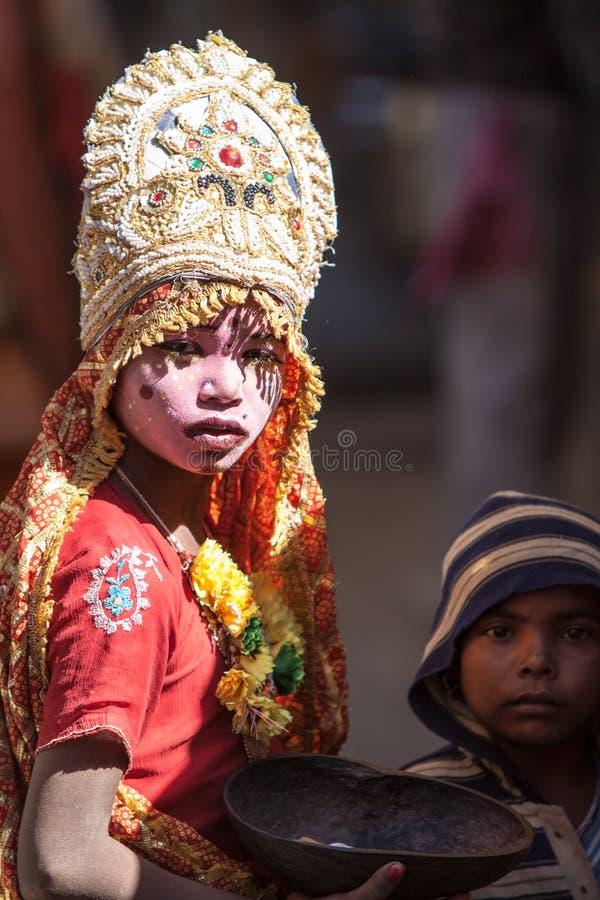 Ein Kind gekleidet als Göttin stockfotografie