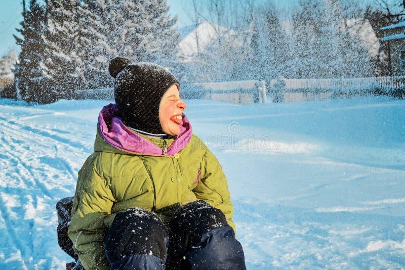 Ein Kind mit der Krankheitszerebralparese gehend in den Winter Gesicht der Frau Glückliches und frohes Jungenlächeln lizenzfreie stockbilder