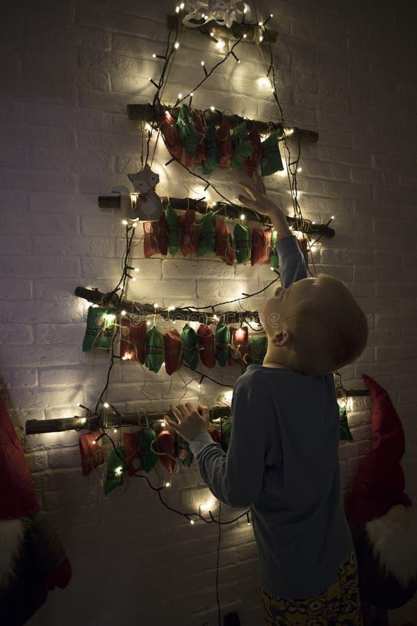 Ein Kind mit Geschenke stockfotografie