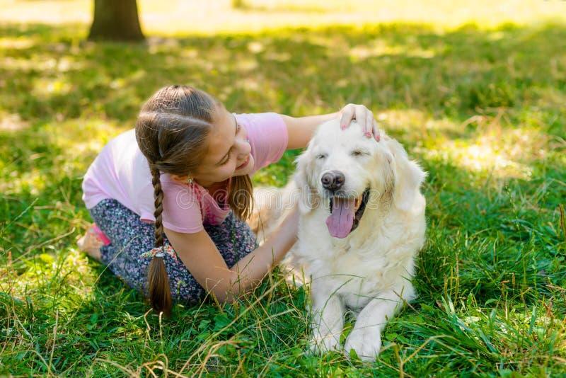 Ein Kind mit ihrem Haustier stockbild