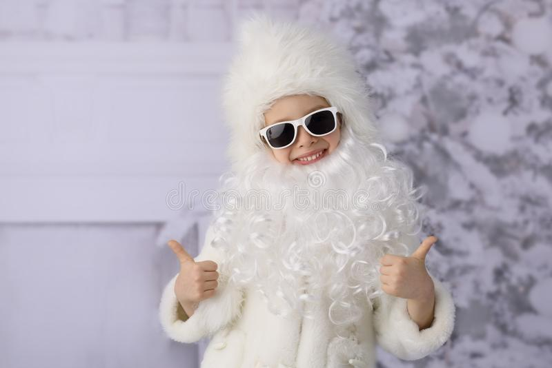 Ein Kind mit Weihnachtsgeschenken und Weihnachtsbaum lizenzfreies stockbild