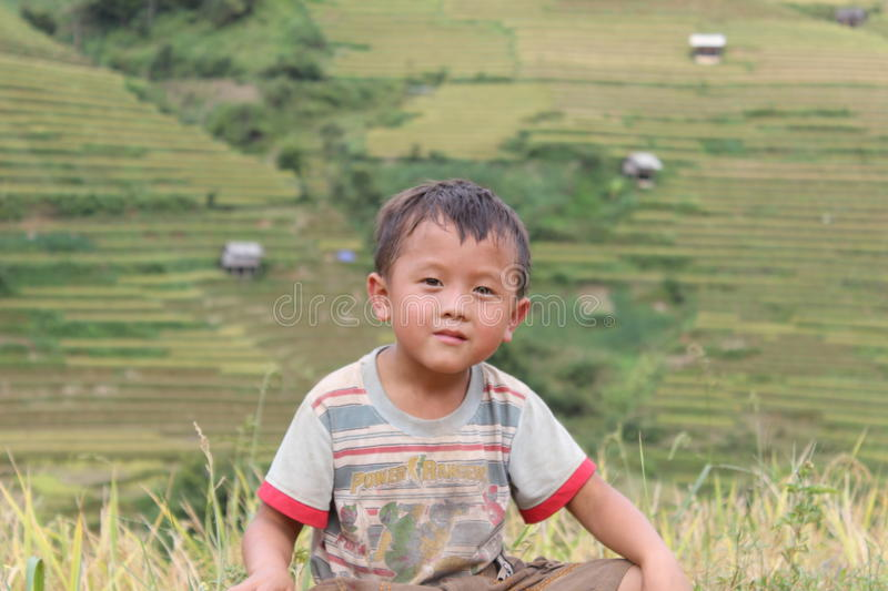 Ein Kind in MU Cang Chai Rice Terrace Fields stockfotografie
