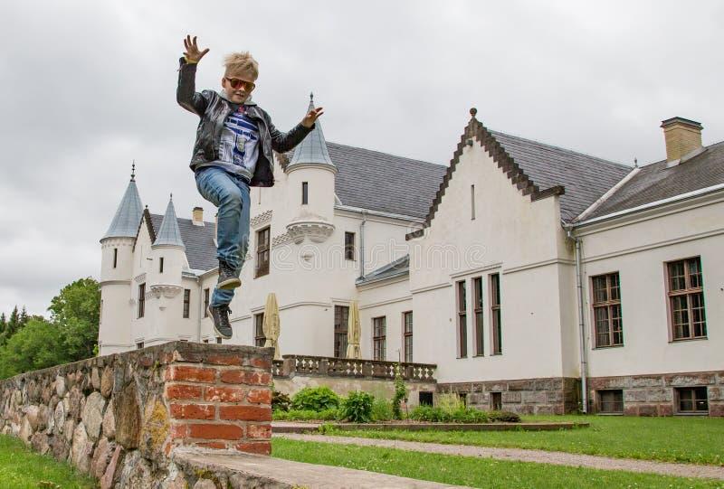 Ein Kind springt nahe Alatskivi-Schloss stockfotografie