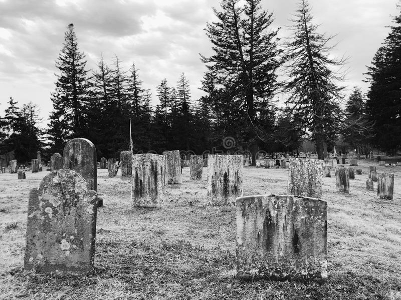 Ein Kirchhof in Neu-England lizenzfreie stockbilder