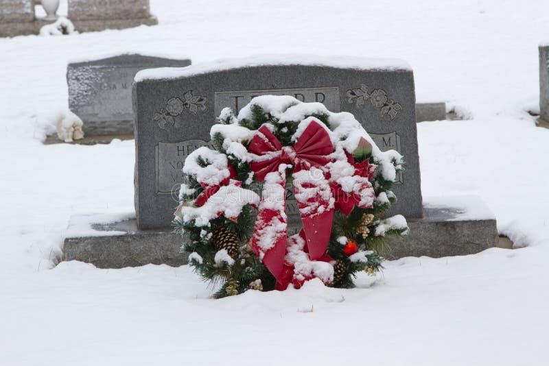 Ein Kirchhof-Weihnachtskranz lizenzfreies stockfoto