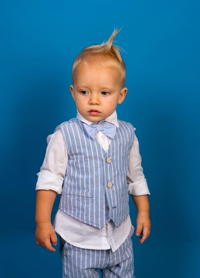 Ein Klassiker erlischt nie von der Art Kleines Kind Jungenkind mit Modeblick Kleines Baby in der modernen Abnutzung Modejunge lizenzfreie stockfotografie