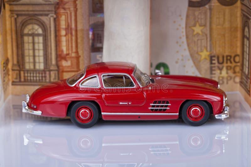 Ein Klassikersportauto des Jahres 1954 der roten Farbe innerhalb eines gara lizenzfreie stockfotografie