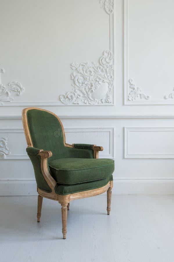Download Ein Klassischer Lehnsessel Gegen Eine Weiße Wand Und Einen Boden  Kopieren Sie Platz Stockbild