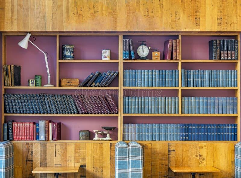 Ein klassisches Bücherregal mit Antiken auf Anzeige stockfotos