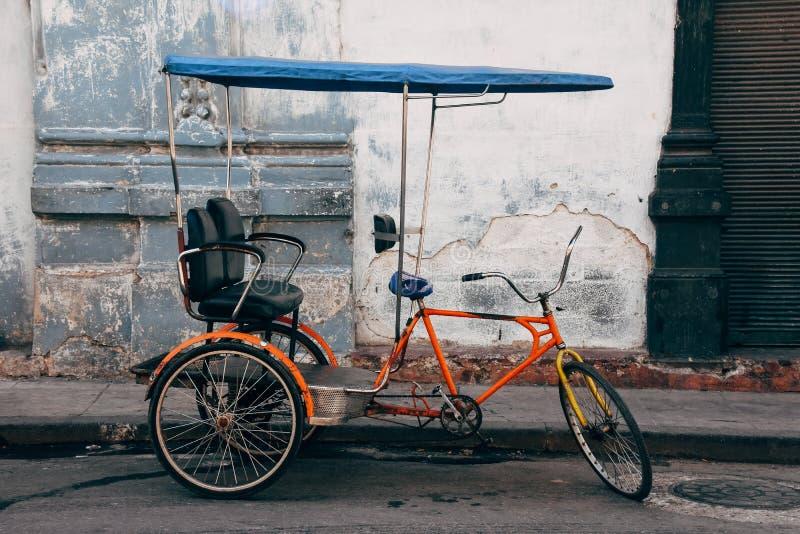 Ein klassisches kabuki Fahrrad geparkt in der Straße in Havana, Kuba stockbilder