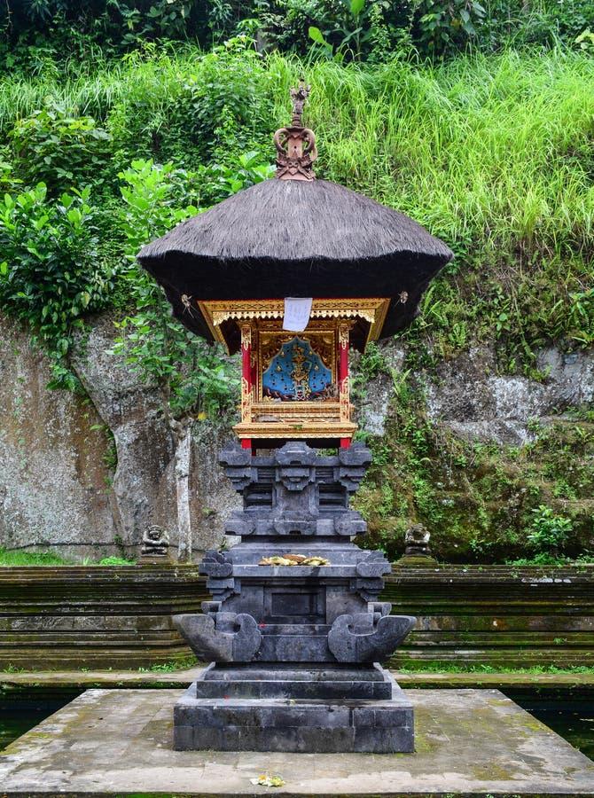 Ein kleiner Altar am hindischen Tempel in Bali, Indonesien stockfotos