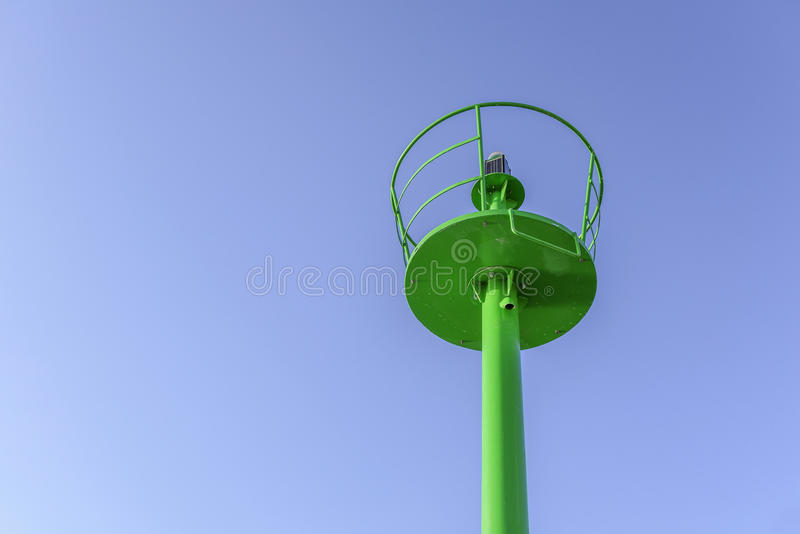 Ein kleiner grüner Leuchtturm auf der Ufergegend lizenzfreie stockfotos