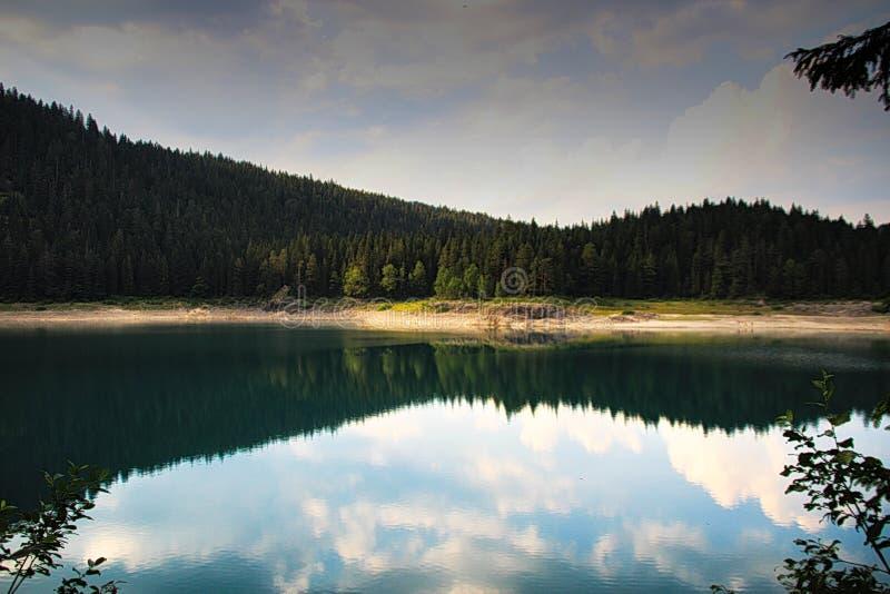 Ein kleiner idyllischer See mit einem glatten Oberflächenreflektieren lizenzfreie stockfotografie