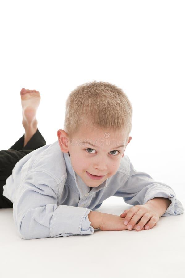 Ein kleiner Junge, der vortäuscht, ein Geschäftsmann zu sein. stockbilder