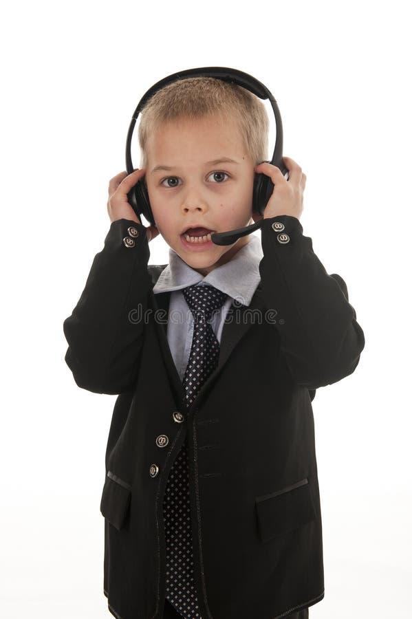 Ein kleiner Junge, der vortäuscht, ein Geschäftsmann zu sein. lizenzfreies stockfoto