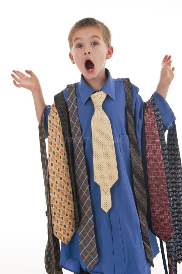 Ein kleiner Junge, der vortäuscht, ein Geschäftsmann zu sein. stockbild