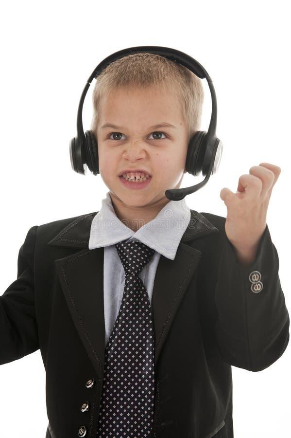 Ein kleiner Junge, der vortäuscht, ein Geschäftsmann zu sein. stockfotografie