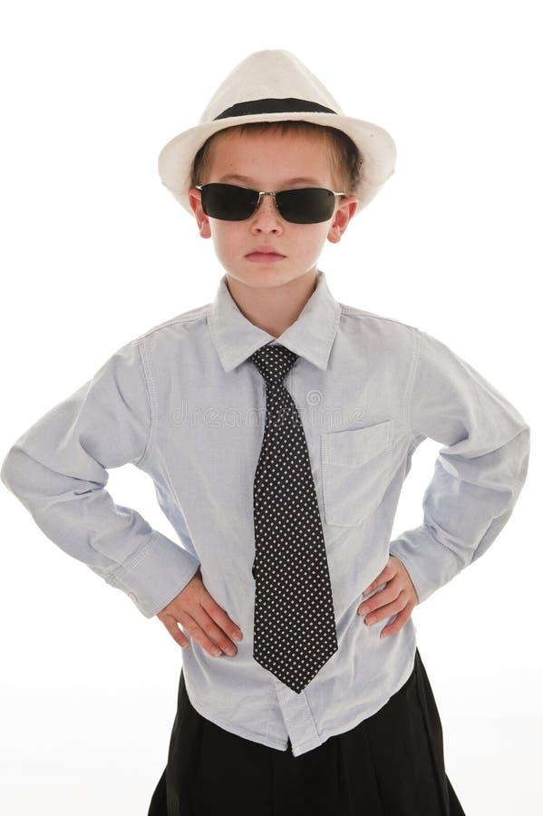 Ein kleiner Junge, der vortäuscht, ein Geschäftsmann zu sein. stockfoto