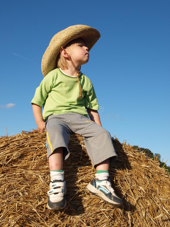 Ein kleiner Junge im Hut lizenzfreies stockbild