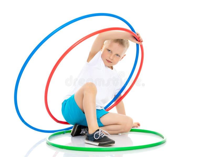 Ein kleiner Junge spielt mit einem Band stockfotos