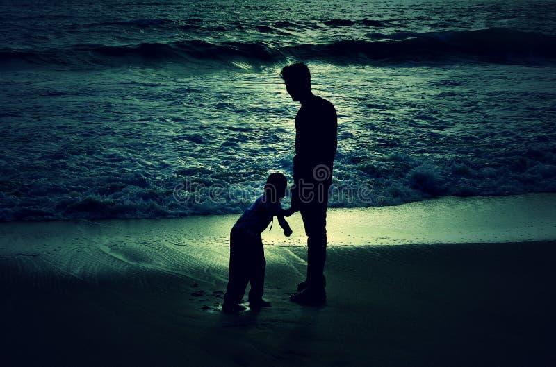 Ein kleiner Junge und ein jugendlich gealterter Junge lizenzfreie stockfotos