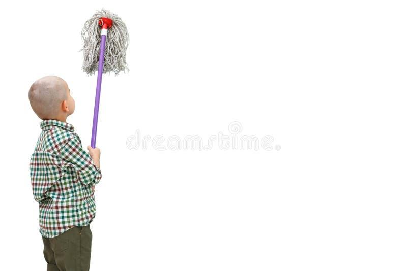 Ein kleiner kahler Junge in einem karierten Hemd auf Ständen eines weißen lokalisierten Hintergrundes mit einem MOPP in seinen Hä stockbild