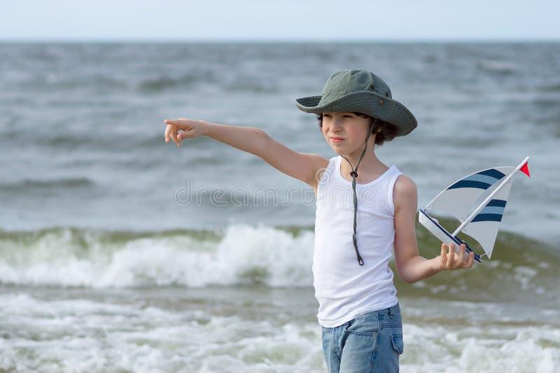 Ein kleiner Kerl auf dem sandigen Strand lizenzfreie stockbilder