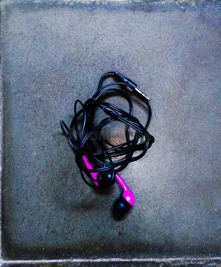 Ein kleiner Kopfhörer mit schwarz-und-purpurroter Farbe lizenzfreies stockfoto