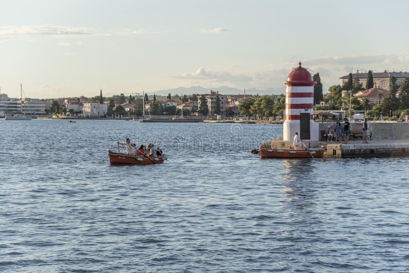 Ein kleiner Leuchtturm und ein Pier in der Stadt von Zadar, Kroatien lizenzfreie stockfotos