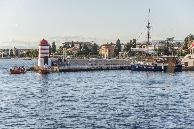 Ein kleiner Leuchtturm und ein Pier in der Stadt von Zadar, Kroatien stockbild