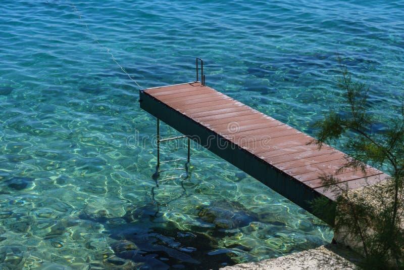Ein kleiner Pier für Boote auf der Seeküste lizenzfreie stockbilder