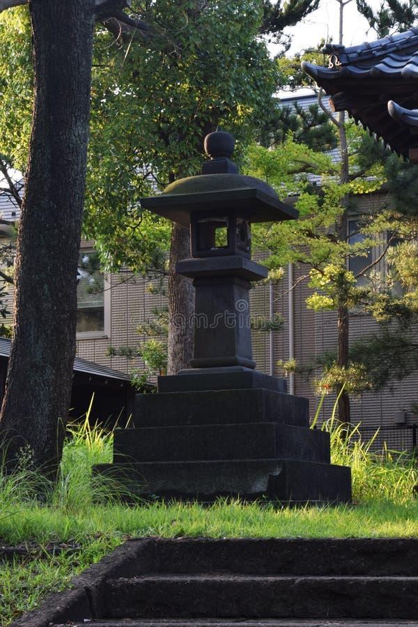 Ein kleiner shintoistischer Schrein lizenzfreie stockfotos