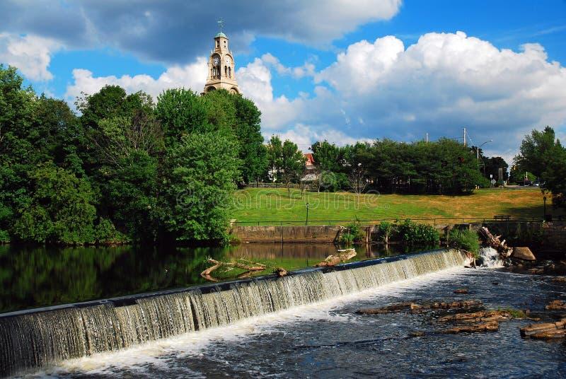 Ein kleiner Staudamm am Blackstone River lizenzfreies stockbild