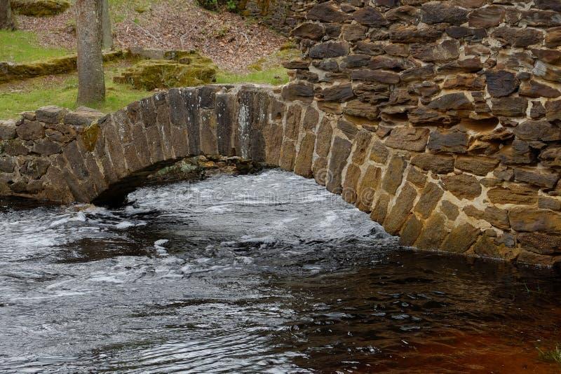 Ein kleinerer Bogen über einem überschwemmten Nebenfluss lizenzfreie stockfotografie
