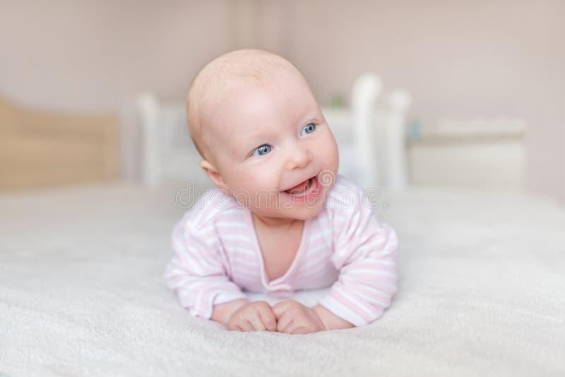 Ein kleines Baby in einer guten Laune stockfotos