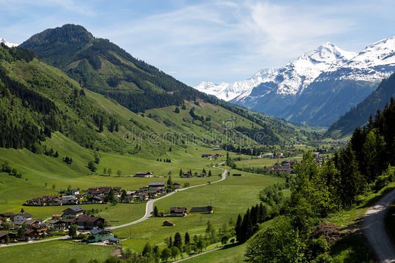 Ein kleines Dorf in einem Tal lizenzfreie stockbilder