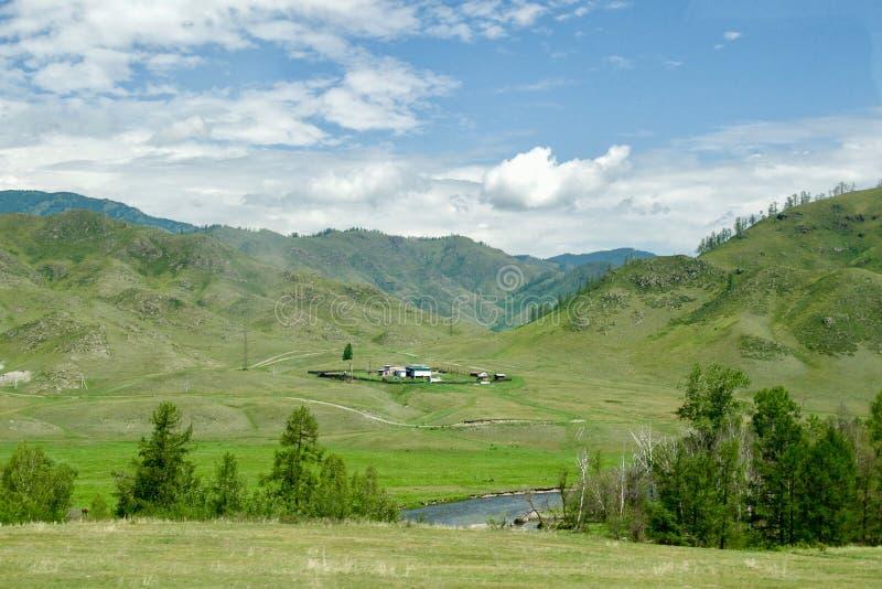 Ein kleines Dorf, ein Dorf im Tal lizenzfreie stockfotografie